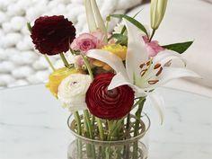 Vasen Äng från Klong har ett praktiskt galler inuti som gör att blommorna står fint i vasen.