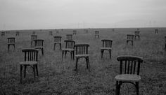 Tuoleja pellolla 1