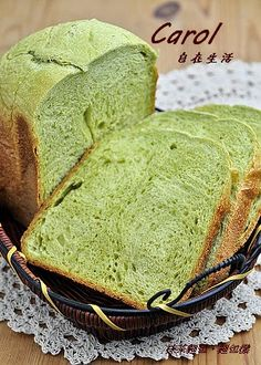 Carol 自在生活 : 鮮奶抹茶麵包。麵包機高筋麵粉250g,抹茶粉2茶匙,細砂糖20g, 鹽1/4茶匙(1g),無鹽奶油15g,鮮奶170g, 速發酵母1/2茶匙(2g),