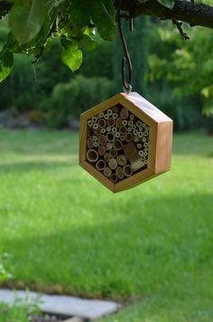hmyzí domek malý - šestihran Malý hmyzí domek pro včelky samotářky... Ubytujte pilné pracovnice na své zahrádce či balkonu :-) Plněno dutinkami křídlatky a bodláku. Průměr 20 cm. K zavěšení do prostoru.