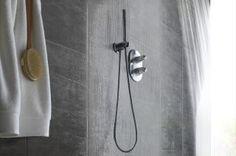 Créer soi-même une ambiance carrelée moderne premium en toute facilité est enfin possible. Element Premium est doté d'un pré-encollage puissant qui permet une pose simple sur tous supports secs. Son format rectangulaire XXL, ses joints creusés et sa surface texturée renforcent le réalisme bluffant de ses décors ardoise et béton. Sa languette permet une étanchéité totale, même en cabine de douche. Oubliez les carreleurs et la poussière et munissez vous d'un simple cutter !