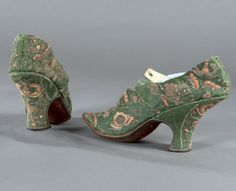 pair of ladies' shoes, Louis XV period, around 1720. Spinach green silk damask, flower embroidery and silk spun yarns in bright colors at the point and no knot on the upper and heel. High heel curved, quarter crossed on the kick.