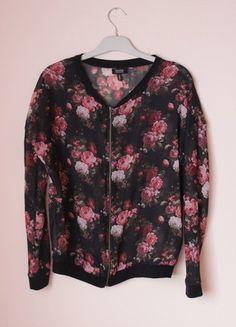 Kup mój przedmiot na #vintedpl http://www.vinted.pl/damska-odziez/bluzy/11264122-czarna-bluza-narzutka-w-kwiaty-bershka