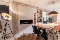 Industriële woonkamer met rustieke lampen en retro stoelen | CMI