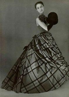 ~Pierre Balmain ball gown, Women's vintage fashion photography photo image designer How to Vintage Glam, Vintage Gowns, Vintage Couture, Vintage Vogue, Looks Vintage, Vintage Outfits, Vintage Ideas, Pierre Balmain, Fifties Fashion