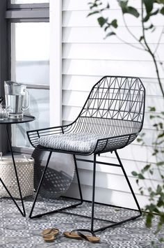 I love this chair design by Bend Goods. The tiles on the deck are a wonderful complement. | via Ellas inspiration #MyMoteef #black #deck