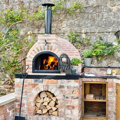 Fuego's Brick 80 is a semi-pro medium-sized brick pizza oven. This artisan garden pizza oven has a 4 x pizza capacity. Pizza Oven For Sale, Build A Pizza Oven, Pizza Oven Kits, Home Pizza Oven, Best Outdoor Pizza Oven, Outdoor Oven, Pizza Oven Outside, Outdoor Cooking Area, Garden Pizza