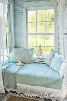 Turquoise Day Bed Flower Arrangements And Romantic Decor