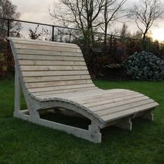 in gebruikt steigerhout / a wood lounger that actually looks comfortable Yard Furniture, Outdoor Furniture Plans, Diy Garden Furniture, Cabin Furniture, Pallet Furniture, Furniture Makeover, Pallett Bed Frame, Diy Wood Bench, Patio Seating