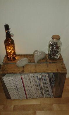 Vanha puulaatikko, valot, pullo, sisustus
