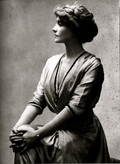 Side view of women's hair in 1910.