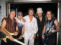 Deep Purple es una banda británica de hard rock formada en Hertford, Reino Unido, en 1968, que está considerada como una de las pioneras del hard rock y el heavy metal, aunque durante su carrera también ha incorporado elementos del rock progresivo, rock sinfónico, rock psicodélico, blues rock y de la música clásica.