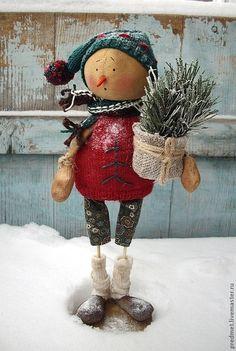 Купить или заказать Sondag (Воскресенье)- Новогодняя неделька в интернет-магазине на Ярмарке Мастеров. Один из семейки новогодних снеговичков - Sondag( Воскресенье) или просто Son. Сшит из хлопка, ароматизирован корицей и ванилью, пахнет праздником :-) Одежда из американского хлопка и шерсти, сшита и связана вручную, снимаются только шапочка и шарфик. Снеговичок на подставке, с которой не снимается. Ручки гнутся.