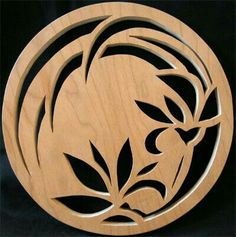 coaster scroll saw flower Wood Projects, Woodworking Projects, Restaurant Berlin, Deco Cuir, Lampe Decoration, Scroll Saw Patterns, Stencil Designs, Wooden Jewelry, Pyrography