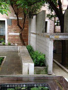 Fondazione Querini-Stampalia courtyard by Carlo Scarpa Sustainable Architecture, Architecture Details, Landscape Architecture, Interior Architecture, Landscape Design, Garden Design, Sendai, Carlo Scarpa, Miyagi