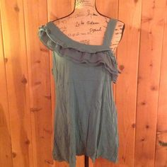 Elle Tank top Really Younique tank top. Great color. Great shape Elle Tops Tank Tops