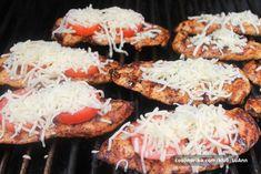 Vynikající jemná kuřecí prsa z grilu s rajčetem a strouhanou mozzarelou a parmazánem. Tandoori Chicken, Mozzarella, Ethnic Recipes, Food, Meal, Eten, Meals