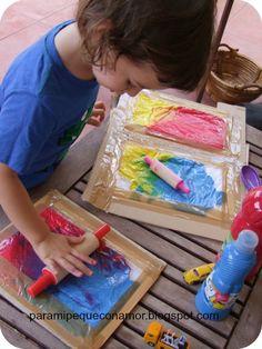 Esta actividad la vi y me pareció una idea muy buena para experimentar con los colores y sus mezclas en un día en el que no nos apetece ...