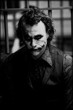 Heath ledger. Spielt den joker in batman the dark knight