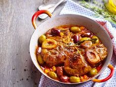 Osso bucco aux olives en vidéo OSSO BUCCO : Un grand classique. Osso bucco with olives in video OSSO BUCCO: A classic to simmer for a long time to brighten up the w Pork Recipes, Cooking Recipes, Cooks Slow Cooker, Warm Food, My Best Recipe, Food Dishes, Food And Drink, Healthy, Snacks