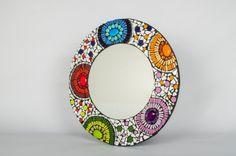 Espejo de 50 centímetros de diámetro, de inspiración griega y con diversos materiales y empleando distintas técnicas de corte.  ¡COMO YO NO HAY Mirror Mosaic, Mirror Art, Mosaic Art, Mosaic Glass, Mosaic Crafts, Mosaic Projects, Mosaic Bowling Ball, Mirror Crafts, Mirror Inspiration