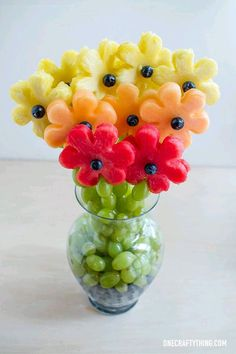 Un bouquet de fruits - A Gradient of Fruity Flowers L'art Du Fruit, Deco Fruit, Fruit Trays, Fruit Snacks, Fresh Fruit, Fruit Cups, Fruit Buffet, Fun Fruit, Fruit Gifts