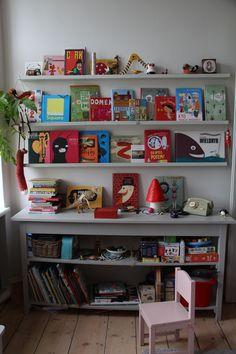 Pani Anna Zadorożna przedstawia swoją biblioteczkę czteroletniej córki Helenki. #biblioteka #library #books #książki #czytam #słowo #obraz #terytoria #konkurs