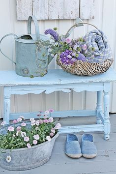 Front garden design in vintage style: 26 chic garden decor ideas - Front yard design vintage style garden furniture old watering can - Shabby Chic Living Room, Shabby Chic Interiors, Shabby Chic Kitchen, Shabby Chic Homes, Shabby Chic Furniture, Shabby Chic Decor, Furniture Chairs, Furniture Ideas, Shabby Chic Porch