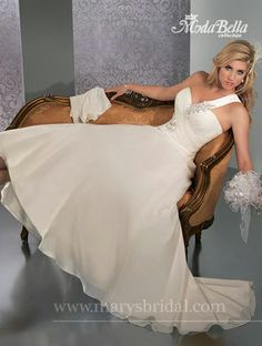 Beautiful chiffon Size 20 Ivory gown ... look at that bling!