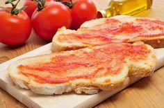"""Espanha - No país ibérico, nada mais tradicional e delicioso que comer pela manhã um """"Pan con Tomate"""". A receita é bem simples: basta abrir o tomate e espalhar o sumo no pão tostado, com alho, sal e azeite de oliva."""