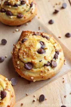 Escargorts raisins ou pépites de chocolat (3) Cooking Chef, Cooking Time, Donuts, Croissants, Baking Recipes, Dessert Recipes, Delicious Desserts, Yummy Food, No Sugar Foods