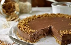Τούρτα σοκολάτας με γιαούρτι και δημητριακά. Μια υπέροχη τούρτα σοκολάτας με γιαούρτι και δημητριακά που γίνεται σχετικά εύκολα. Πολύ γευστική και αρκετά υγιεινή. Σε 40'.