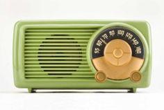 bakelite radio-Still love these! Deco Retro, Retro Vintage, Vintage Items, Vintage Stuff, Vintage Green, Retro Radios, Frank Lloyd Wright, Radio Antique, Tvs