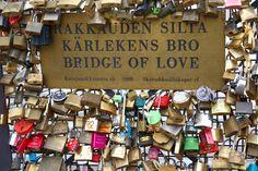 Aangekomen in Turku rijd je naar Helsinki! Vergeet niet een bezoekje aan de 'Bridge of Love'! Deze ligt vlakbij de Oespenski-kathedraal en hangt vol met hangsloten van alle soorten en maten waarop stelletjes elkaar de liefde verklaren. #Scandinavie