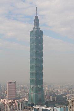まずは全体像を…皆さんは台北101が、台湾の縁起を担ぐ風水の塊のようなビルだってことを聞いたことがありますか?