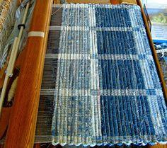foreign language but beautiful, inspiration rug designs Weaving Textiles, Weaving Patterns, Tapestry Weaving, Loom Weaving, Hand Weaving, Woven Rug, Woven Fabric, Art Du Fil, Rug Texture