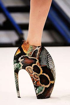 All Hail McQueen. Alexander McQueen Spring Summer 2010 - Details *Its not a Platos Atlantis spam if I don't post at least one shoe right? Funky Shoes, Crazy Shoes, Me Too Shoes, Weird Shoes, Weird Fashion, Fashion Shoes, Fashion Gal, Urban Fashion, Fashion Design