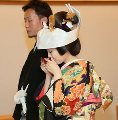 角隠し Kimono Japan, Japanese Kimono, Wedding Kimono, Japanese Wedding, Kimono Pattern, Japanese Characters, Wedding Costumes, Traditional Wedding Dresses, Japanese Culture