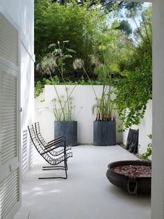 Minimalist garden inspiration with white painted concrete walls and pavement, large scale grey pots of sculptural plants (alliums work well here) and slatted wooden furniture to give a feeling of space. A simple and beautiful garden space. Small Gardens, Outdoor Gardens, Front Gardens, Outdoor Rooms, Outdoor Living, Outdoor Play, Indoor Outdoor, Outdoor Retreat, Outdoor Seating