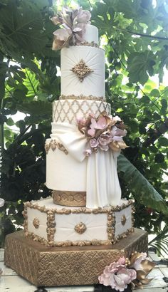 Gold and white wedding cake Elegant Wedding Cakes, Elegant Cakes, Beautiful Wedding Cakes, Gorgeous Cakes, Wedding Cake Designs, Pretty Cakes, Cute Cakes, Amazing Cakes, Super Torte