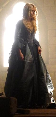 """4.21- Emma trapped in the tower as a """"mad woman"""" in AU Enchanted Forest.  I would've liked to see her dress more clearly."""