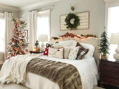 Indulge in the holiday spirit by decorating your bedroom. Choose from over 50 cozy & festive Christmas Bedroom decorations perfect for the holiday season. Winter Bedroom Decor, Cute Bedroom Decor, Romantic Bedroom Decor, Headboard Decor, Bedroom Themes, Bedroom Ideas, Christmas Tree For Bedroom, Christmas Bedding, Christmas Ideas