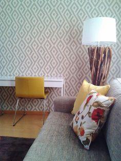 Sala multiusos / almofadas, sofá, candeeiro de pé, cadeira, secretária, papel de parede