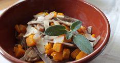 Primo piatto autunnale con pizzoccheri di grano saraceno, zucca delica e funghi champignon. Comfort food buonissimo e facilissimo! Ingredienti per 4 persone:  240g di pizzoccheri secchi 300g di polpa di zucca delica  250g di funghi champignon 30g parmigiano reggiano 1 spicchio d'aglio olio extravergine di oliva q.b. sale q.b. pepe q.b. Parmigiano Reggiano, Pot Roast, Aglio Olio, Comfort, Ethnic Recipes, Food, Carne Asada, Roast Beef, Essen