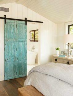 schlafzimmer landhausstil holzboden dachschräge grüne schiebetüren