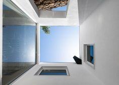 http://www.journal-du-design.fr/architecture/maison-ja-guarda-filipe-pina-ines-costa-51984/