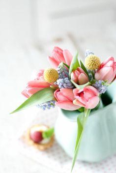 Frühlingsblumen arrangieren in einer Milchkanne