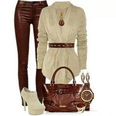 Pantaloni in pelle marroni e accessori