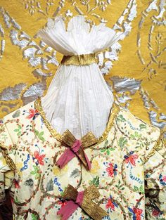 Isabelle de Borchgrave - Prêt-à-Papier. Dresses and creations of paper. VESTE EN LIN BLANC, 1615. Paper jacket created in November 1997, inspired by a portrait of Margaret Laton (collection of the Victoria & Albert Museum, London).