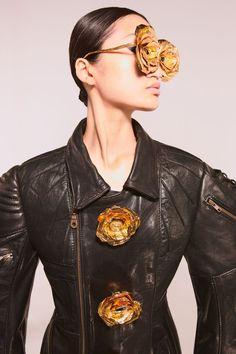 Schiaparelli fall 2021 couture Fashion History, Fashion News, Fashion Beauty, Fashion Show, Fashion Trends, Fashion Details, Couture Looks, Salon Style, Black Silhouette
